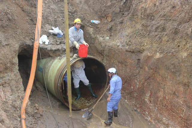 Lại vỡ đường ống nước sạch sông Đà giữa ngày nắng nóng gay gắt - 1