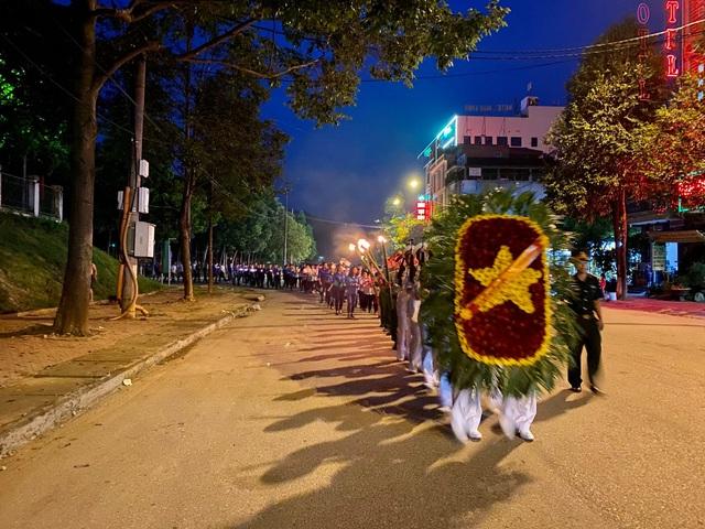 Lào Cai: Hơn 5.000 đoàn viên thanh niên thắp nến, dâng hương tri ân liệt sĩ - 1