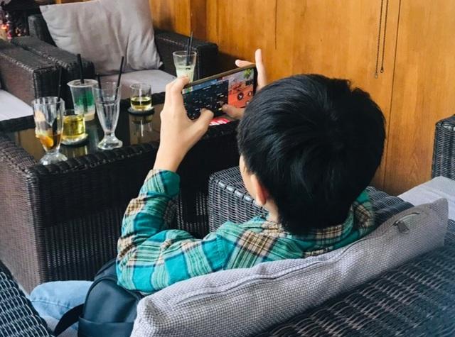 Giật mình trẻ ngồi trong nhà bóng nhưng bận... xài điện thoại, Ipad - 5