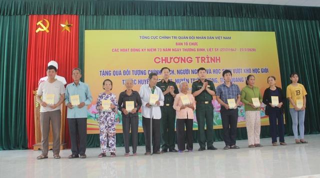 Thanh niên Quân đội, Cục Chính trị Quân khu 4 tặng quà gia đình chính sách - 1
