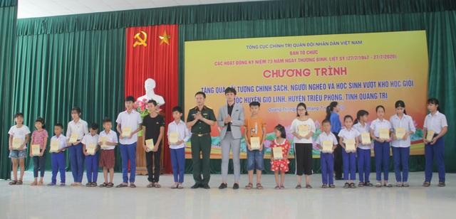 Thanh niên Quân đội, Cục Chính trị Quân khu 4 tặng quà gia đình chính sách - 2