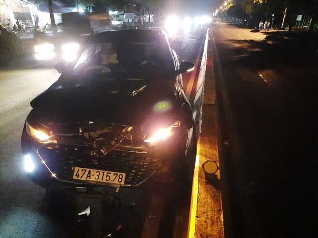 2 mẹ con bị ô tô tông tử nạn khi đang dừng chờ sang đường - 1