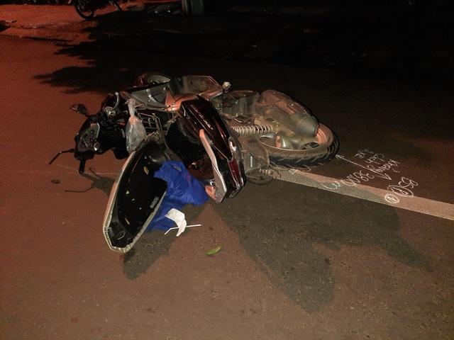 2 mẹ con bị ô tô tông tử nạn khi đang dừng chờ sang đường - 2