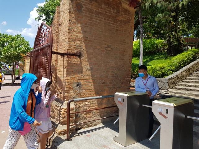 Nha Trang: Du khách đeo khẩu trang sau các ca nhiễm Covid-19 tại Đà Nẵng - 3