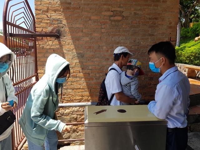 Nha Trang: Du khách đeo khẩu trang sau các ca nhiễm Covid-19 tại Đà Nẵng - 1