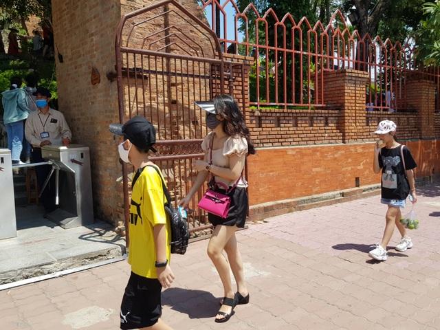 Nha Trang: Du khách đeo khẩu trang sau các ca nhiễm Covid-19 tại Đà Nẵng - 5