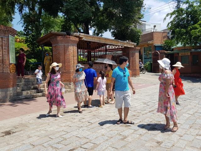 Nha Trang: Du khách đeo khẩu trang sau các ca nhiễm Covid-19 tại Đà Nẵng - 4