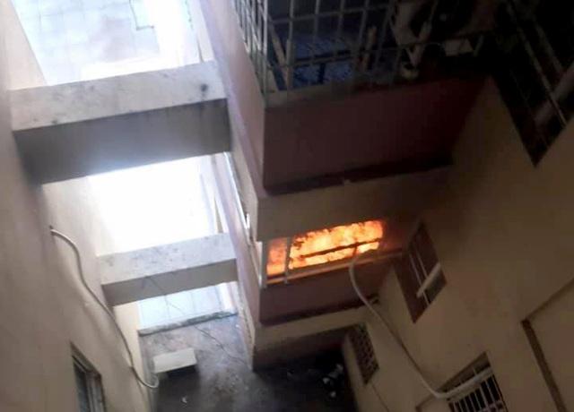 Cháy cục nóng lạnh điều hòa, cả chung cư hốt hoảng - 1
