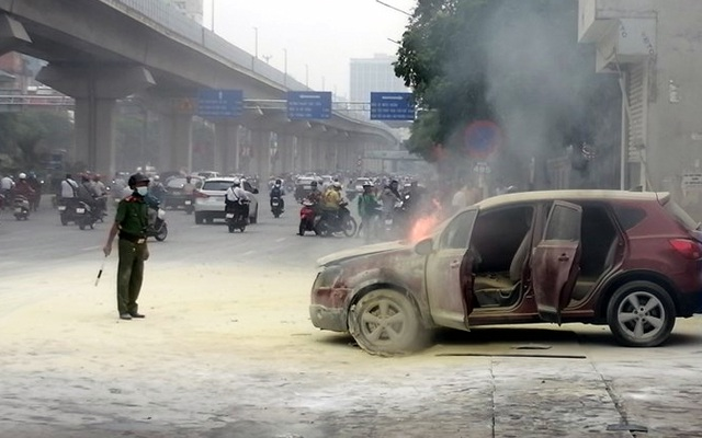 Hà Nội: Ô tô bốc cháy tại cây xăng - 2