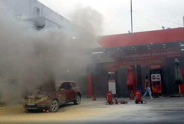 Hà Nội: Ô tô bốc cháy tại cây xăng - 1
