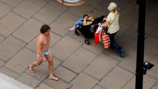 """Thanh niên """"thần thái xuống phố với quần lót chế từ... khẩu trang gây sốc - 1"""