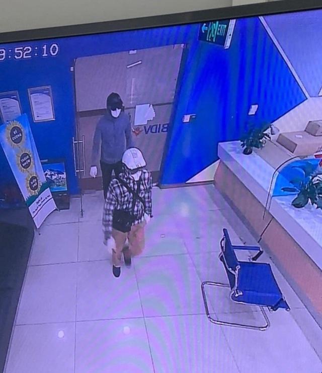 Công bố hình ảnh 2 đối tượng dùng súng cướp ngân hàng BIDV tại Hà Nội - 2