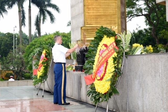 Tùy viên Quốc phòng Mỹ viếng Đài tưởng niệm các Anh hùng Liệt sỹ - 2