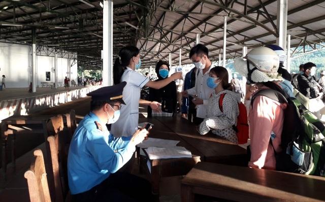 Đưa đi cách ly 2 người Trung Quốc chạy xe máy từ Đà Nẵng ra Huế - 1
