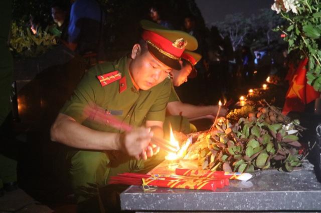 Thanh niên Thủ đô thắp nến tri ân các anh hùng liệt sĩ - 5