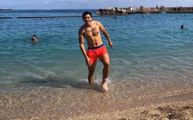 Văn Hậu khoe thân hình vạm vỡ giữa biển, chờ ngày về nước - 1