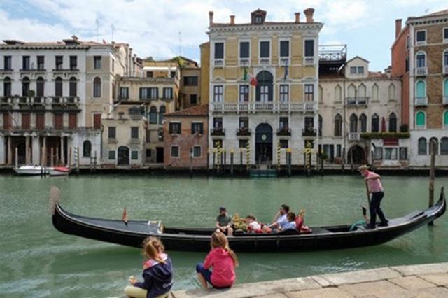 """Venice giảm công suất thuyền Gondola vì tình trạng du khách """"quá cân"""" - 2"""