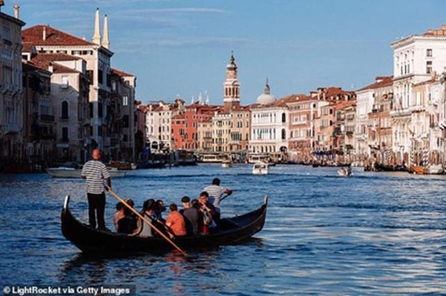 """Venice giảm công suất thuyền Gondola vì tình trạng du khách """"quá cân"""" - 3"""