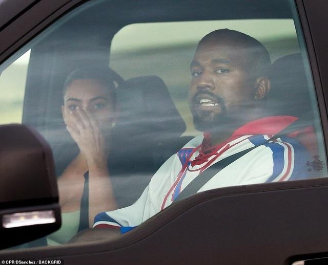 Kim Kardashian khóc khi trò chuyện với chồng trên ô tô - 2