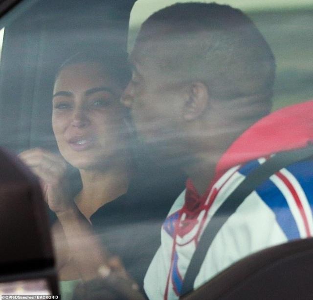 Kim Kardashian khóc khi trò chuyện với chồng trên ô tô - 1