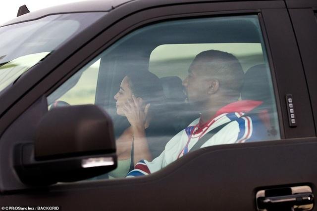 Kim Kardashian khóc khi trò chuyện với chồng trên ô tô - 5