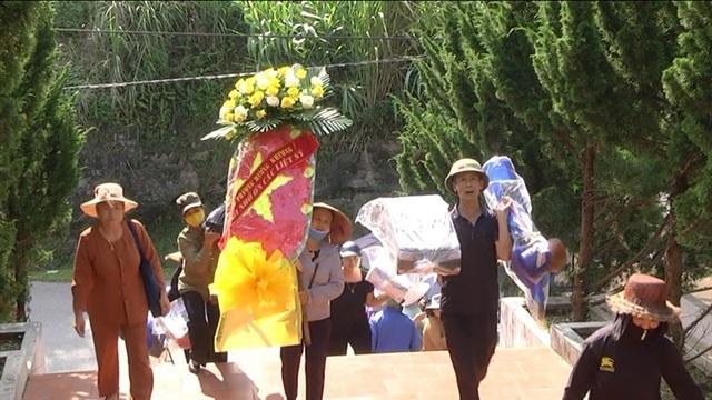 Hình ảnh cảm động người dân phố núi biên giới Mường Khương viếng liệt sĩ - 2