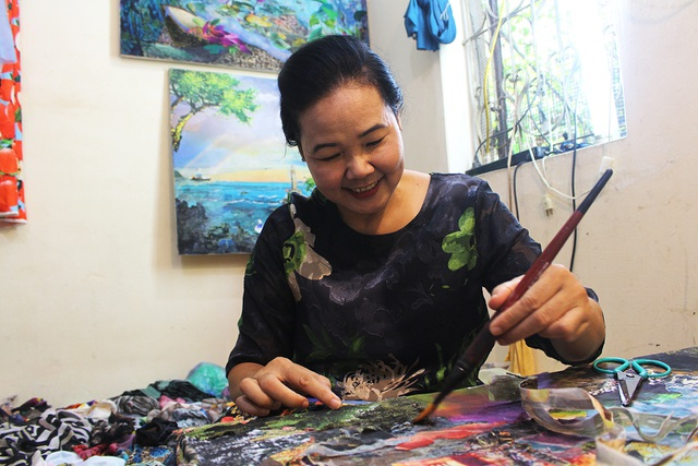 Lạ lùng cách nữ họa sỹ Hà Nội biến vải vụn thành tác phẩm nghìn đô - 1