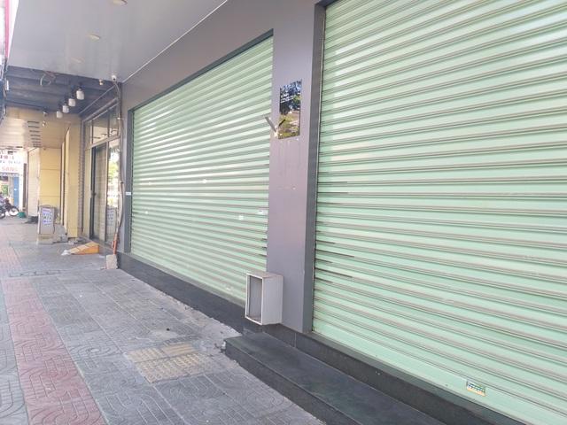 Một cửa hàng ở Đà Nẵng vẫn bán đồ ăn mang về, bất chấp lệnh cấm - 1