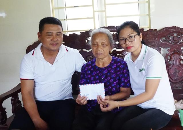 Những người vợ liệt sĩ rưng rưng xúc động nhận quà giúp đỡ của báo Dân trí - 2