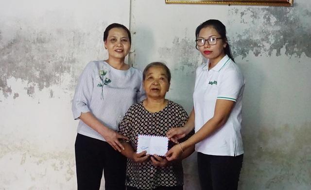 Những người vợ liệt sĩ rưng rưng xúc động nhận quà giúp đỡ của báo Dân trí - 1