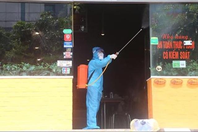 Hà Nội: Phong tỏa, khử trùng cửa hàng có người nghi mắc Covid-19 - 4