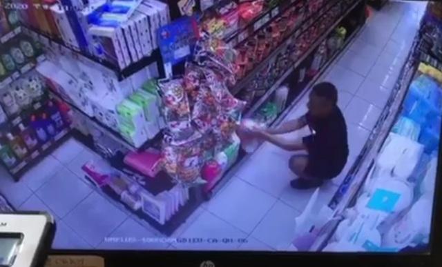 Người đàn ông vào siêu thị bôi nước bọt là bệnh nhân tâm thần - 1