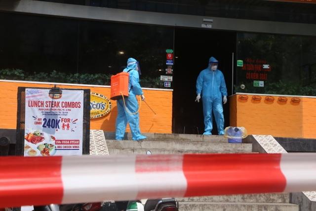 Hà Nội: Phong tỏa, khử trùng cửa hàng có người nghi mắc Covid-19 - 1