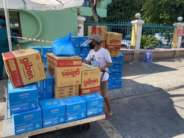 """Đà Nẵng: Ba người tình nguyện làm """"người vận chuyển"""" ở khu vực phong toả - 3"""