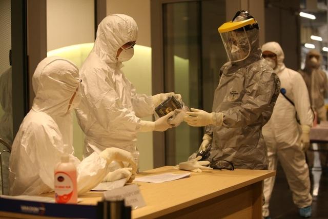 Quy trình đặc biệt đón 140 người nhiễm Covid-19 trở về từ Guinea Xích đạo - 1