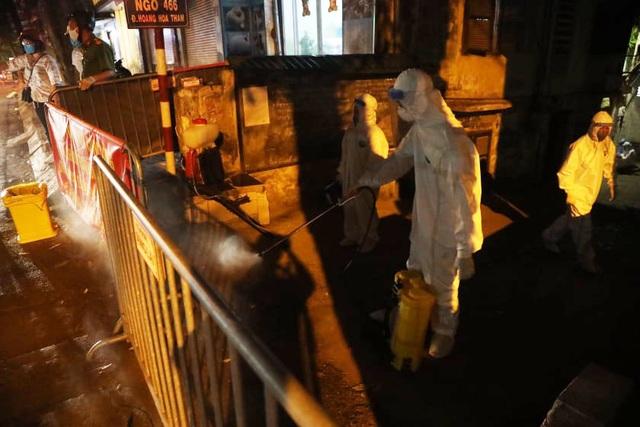 Phun khử khuẩn nơi có trường hợp nghi mắc Covid-19 trên phố Hoàng Hoa Thám - 7