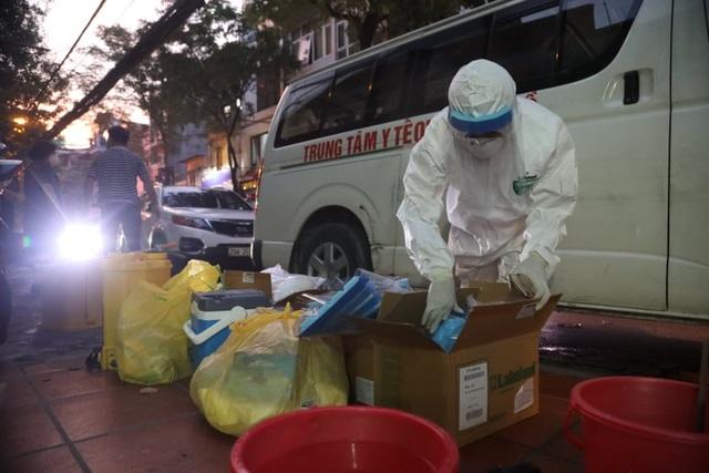 Phun khử khuẩn nơi có trường hợp nghi mắc Covid-19 trên phố Hoàng Hoa Thám - 6