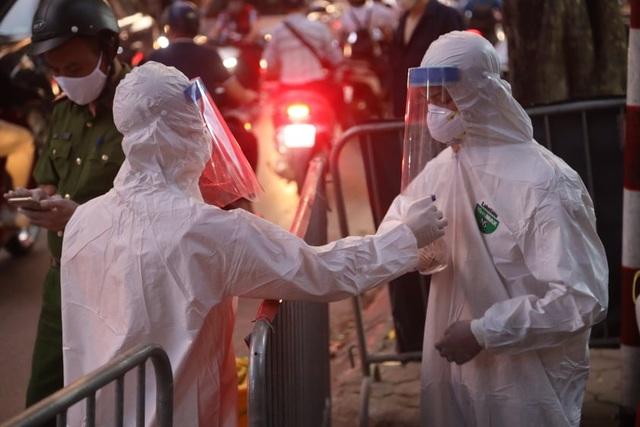 Phun khử khuẩn nơi có trường hợp nghi mắc Covid-19 trên phố Hoàng Hoa Thám - 2
