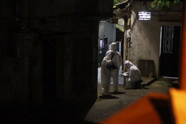 Phun khử khuẩn nơi có trường hợp nghi mắc Covid-19 trên phố Hoàng Hoa Thám - 9