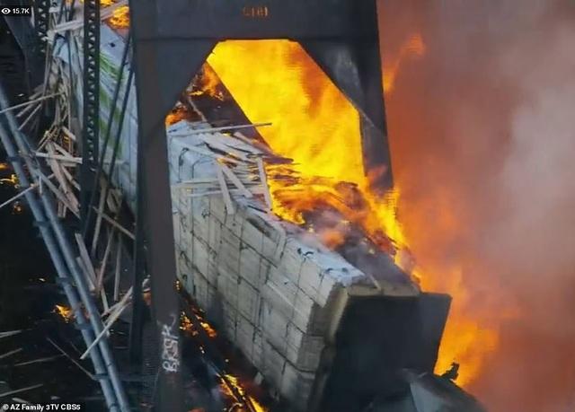 Tàu chở hàng 102 toa trật đường ray, cháy ngùn ngụt làm sập cầu ở Mỹ - 10