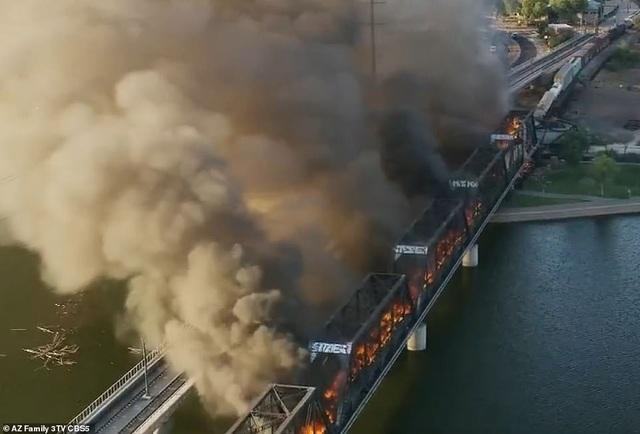 Tàu chở hàng 102 toa trật đường ray, cháy ngùn ngụt làm sập cầu ở Mỹ - 8