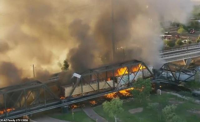 Tàu chở hàng 102 toa trật đường ray, cháy ngùn ngụt làm sập cầu ở Mỹ - 3