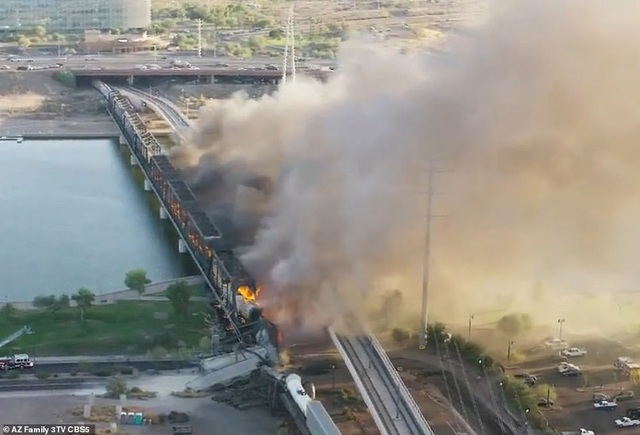 Tàu chở hàng 102 toa trật đường ray, cháy ngùn ngụt làm sập cầu ở Mỹ - 9