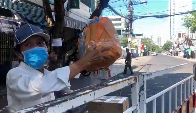 """Đà Nẵng: Ba người tình nguyện làm """"người vận chuyển"""" ở khu vực phong toả - 2"""