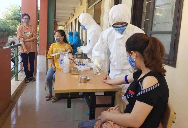 Sinh viên Đại học Huế đến từ các vùng dịch được lấy mẫu xét nghiệm Covid-19 - 3