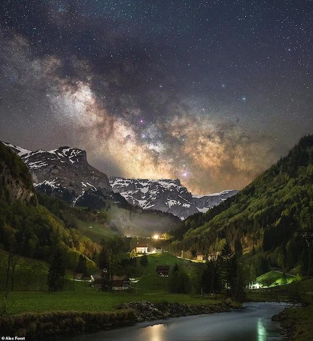Mê hoặc với bộ ảnh lãng mạn về bầu trời lấp lánh sao đêm ở châu Âu - 1