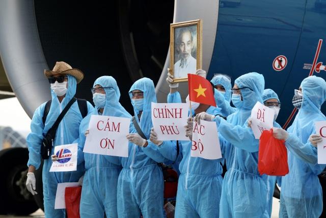 """Xúc động hình ảnh người Việt được """"giải cứu"""" giơ cao ảnh Bác Hồ, cờ Tổ quốc - 9"""