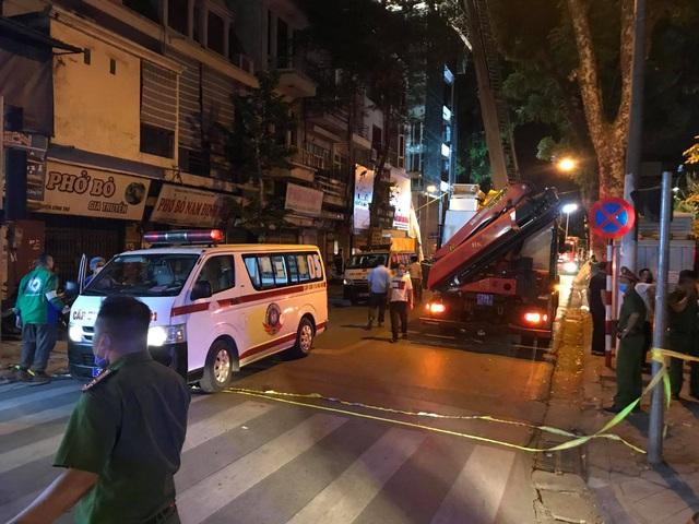 Hà Nội: Sập giàn giáo trên phố Nguyễn Công Trứ, 4 người thương vong - 2