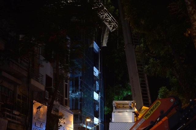 Hà Nội: Sập giàn giáo trên phố Nguyễn Công Trứ, 4 người thương vong - 6
