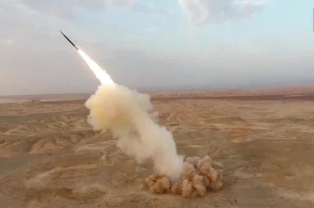 Cận cảnh Iran phóng thử tên lửa từ lòng đất đầu tiên trên thế giới - 1